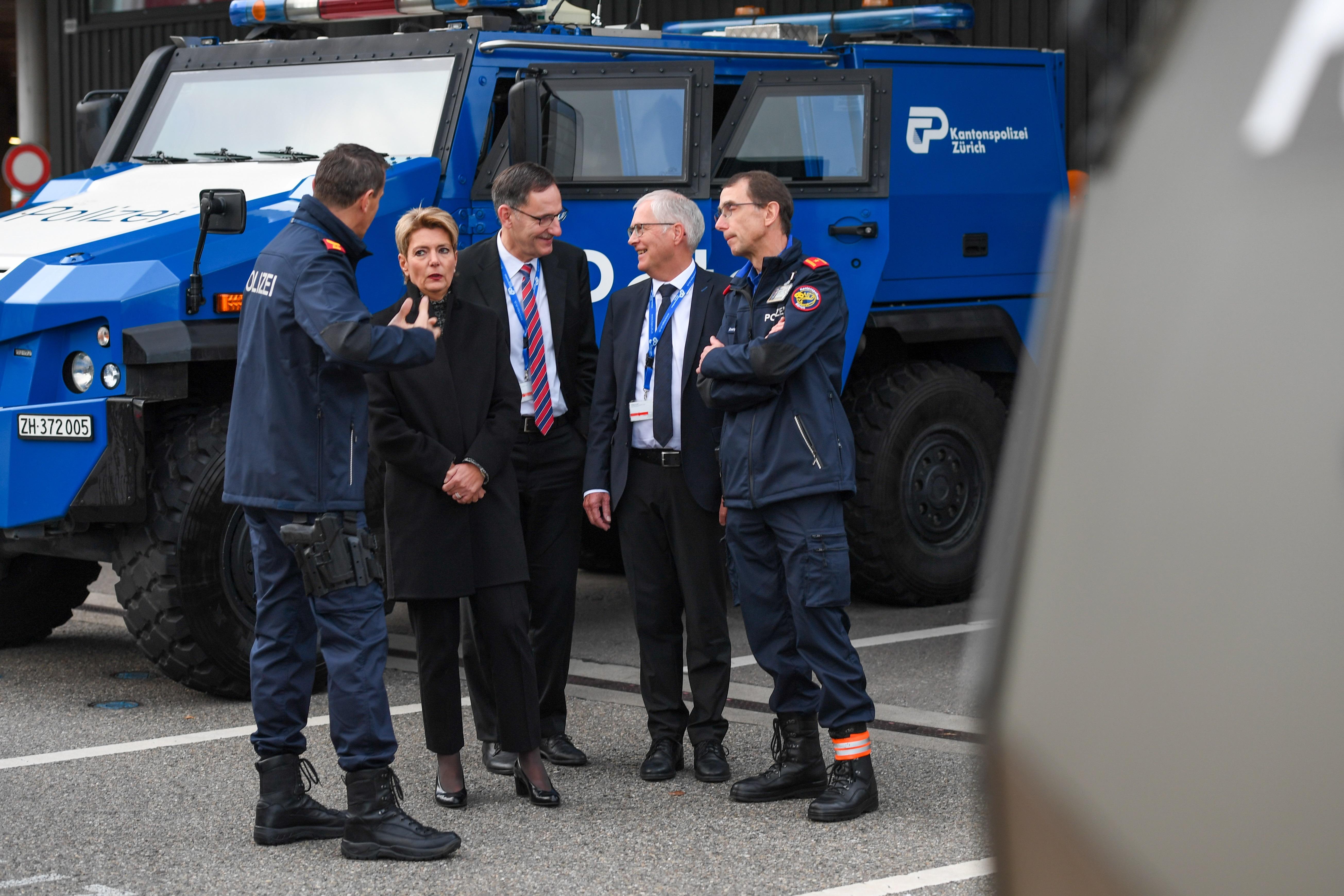 Bundesrätin zu Gast bei der Flughafenpolizei